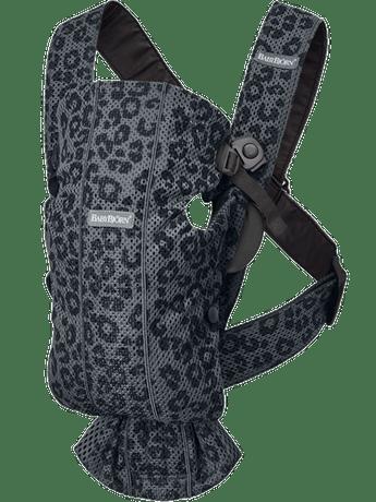 מנשא בייבי ביורן MINI – קולקציית Classic Leopard צבע המנשא: אבן פחם לאופרד - מש 3D